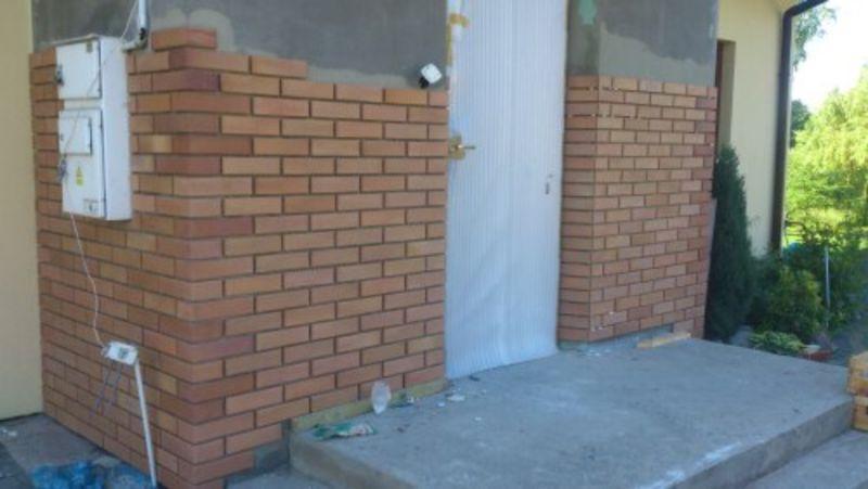 ściany z brązowej cegły 1