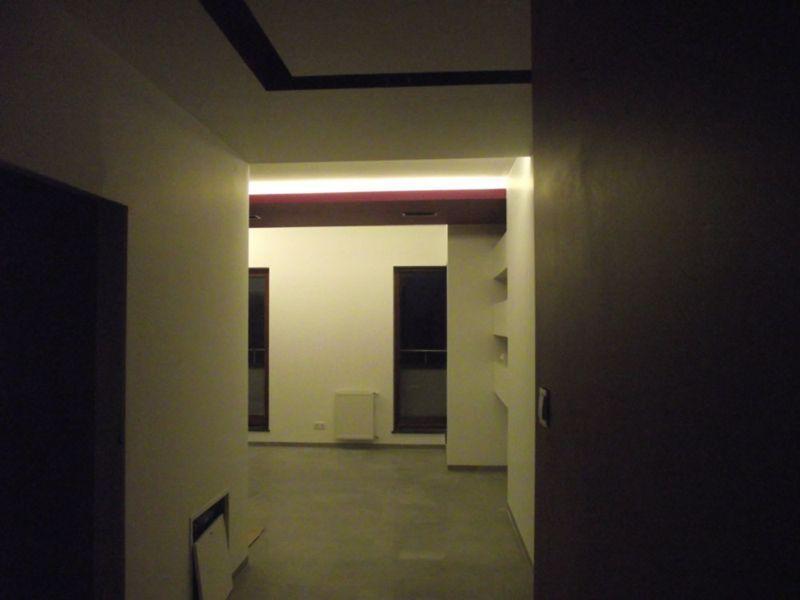 ściana z półkami 2