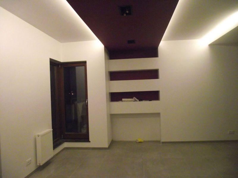 ściana z półkami 1