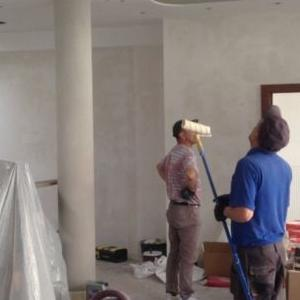 pracownicy wykonujący swoją prace robotniczą 1