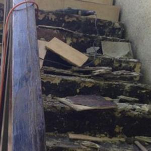 bałagan na schodach